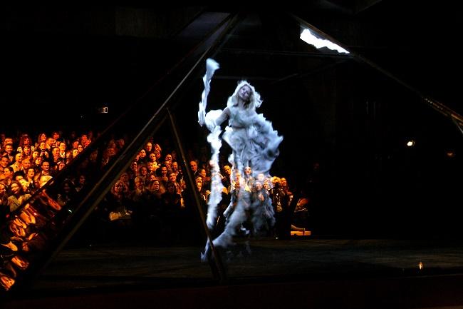 L'ologramma della modella Kate Moss durante il fashion show parigino di McQueen AI 2006.