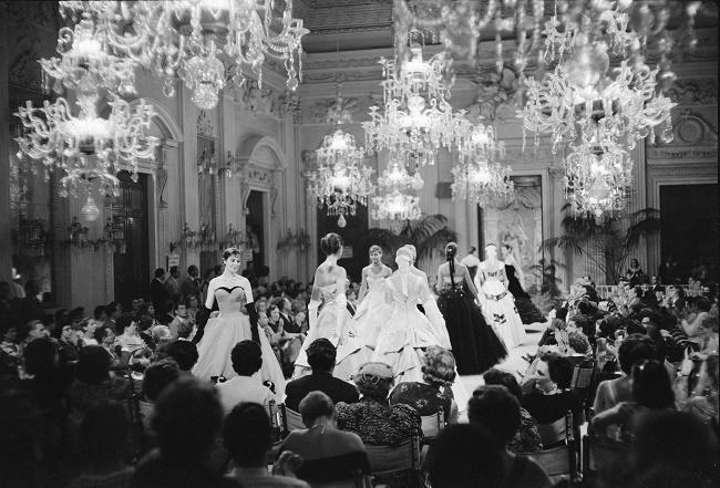 Momento di sfilata in Sala Bianca, anni cinquanta. Source: http://goo.gl/FniqfW.